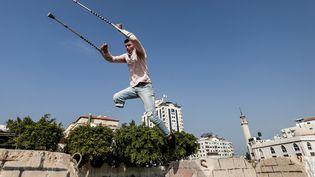 Mohamed Aliwa, champion de parkour dans la Bande de Gaza. (MAHMUD HAMS / AFP)