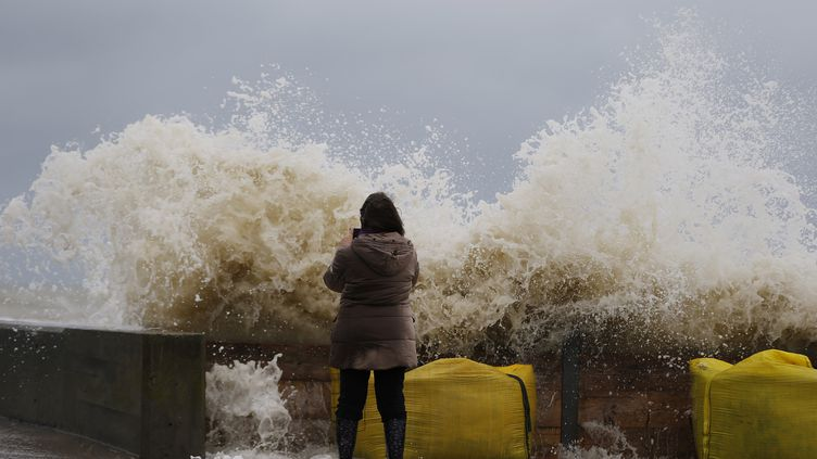 Sur le front de mer d'Asnelles (Calvados), lors du passage de la tempête Eleanor, le 4 janvier 2018. (CHARLY TRIBALLEAU / AFP)