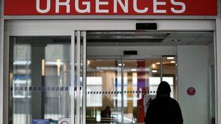 Une femme entrant au service des urgences à l'hôpital Cochin, à Paris 14eme arrondissement, le 11 janvier 2017. (PHILIPPE LOPEZ / AFP)