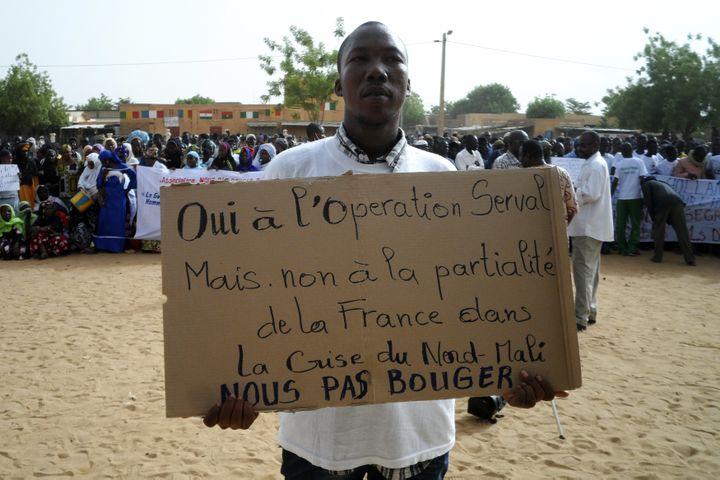 Un homme tient une pancarte à Gao, lors d'une manifestation pour exiger la prise de Kidal, le 30 mai 2013. (REUTERS)