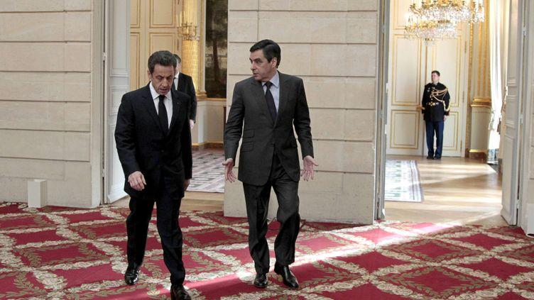 Nicolas Sarkozy (G) et François Fillon dans les couloirs de l'Elysée à paris le 13 janvier 2012. (CHARLES PLATIAU / SIPA)