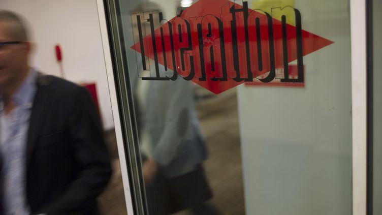 """Le logo du journal """"Libération"""" sur une porte au siège social du quotidien, à Paris, le 3 septembre 2013. (FRED DUFOUR / AFP)"""