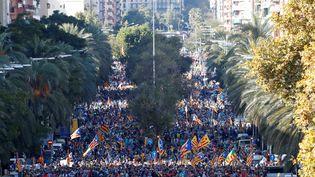 Les manifestants indépendantistes, le 26 octobre 2019, à Barcelone. (ALBERT GEA / REUTERS)