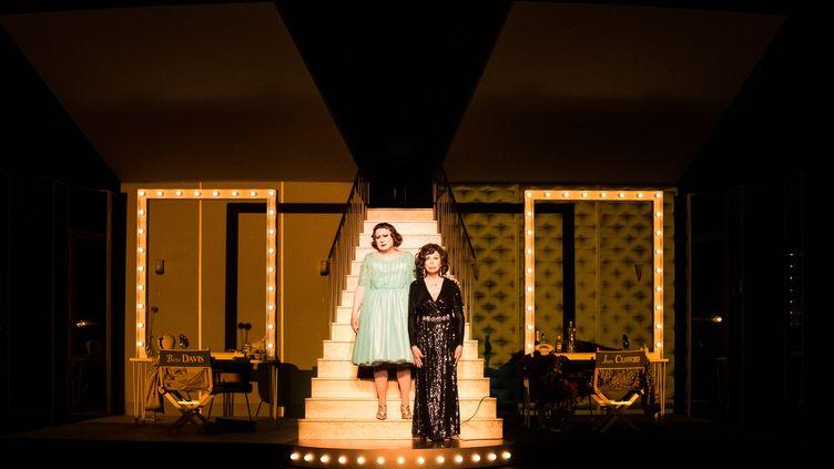 """Michel Fau et Amanda Lear dans """"Qu'est-il arrivé à Bette Davis et Joan Crawford"""" (CHRISTOPHE MARTIN)"""