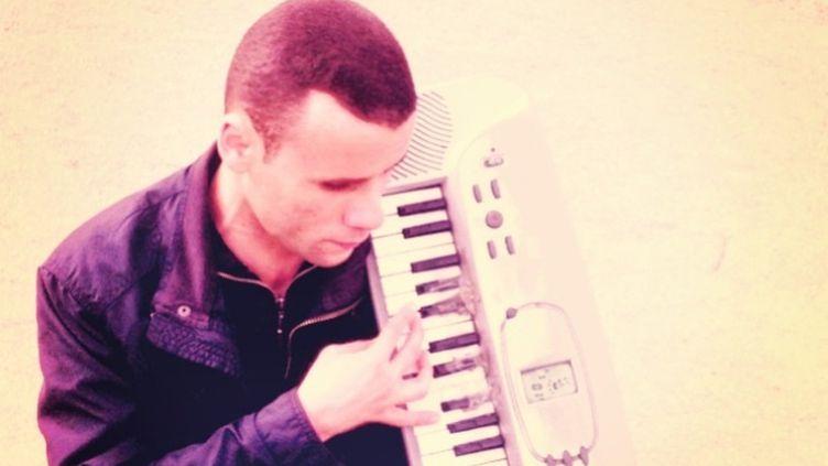 Mohamed Lamouri et son synthétiseur rafistolé, inséparables. (DR/La Souterraine)
