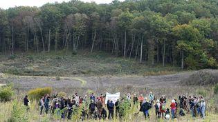 Les opposants au barrage de Sivens réunis le dimanche 23 octobre 2016 pour rendre hommage à Rémi Fraisse. (ERIC CABANIS / AFP)