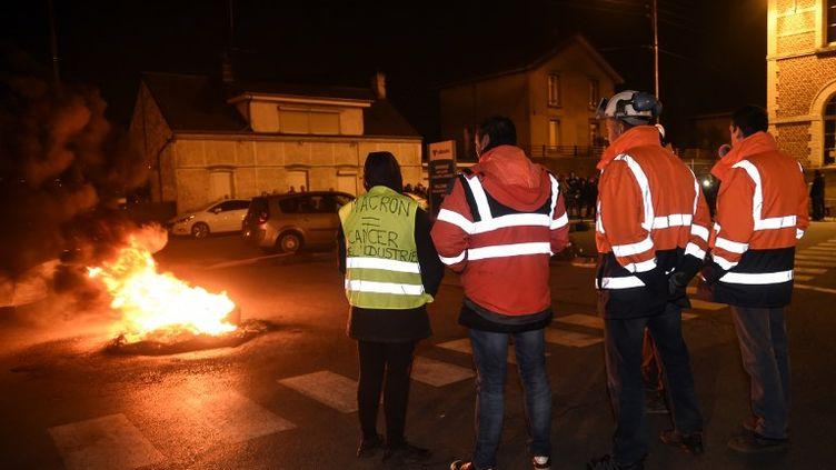 Des salariés d'Ascoval de Saint-Saulve bloquent l'accès au site de leur principal actionnaire, Vallourec, à Aulnoy-Aymeries, le 26 octobre 2018. (FRANCOIS LO PRESTI / AFP)