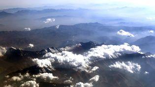 Des nuages photographiés au-dessus de la chaîne de l'Elbourz, dans le nord de l'Iran. (YASSER AL-ZAYYAT / AFP)