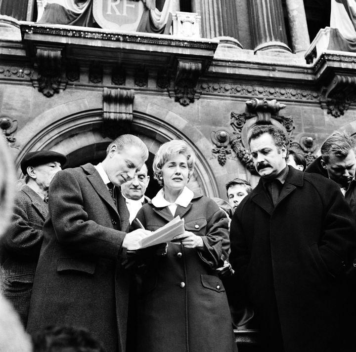 Le champion du monde de cyclisme sur route André Darrigade signe la pétition destinée à obtenir la grâce de Caryl Chessman condamné à mort aux Etats-Unis, initiée par l'association contre la peine de mort créée par Georgie Viennet, le 16 février 1960, Place de l'Opéra, à Paris. (KEYSTONE-FRANCE / GAMMA-KEYSTONE / GETTY)