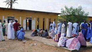 Des électeurs maurtaniens devant un bureau de vote à Noukchott, lors des élections municipales et régionales, en septembre 2018. (AHMED OULD MOHAMED OULD ELHADJ / AFP)