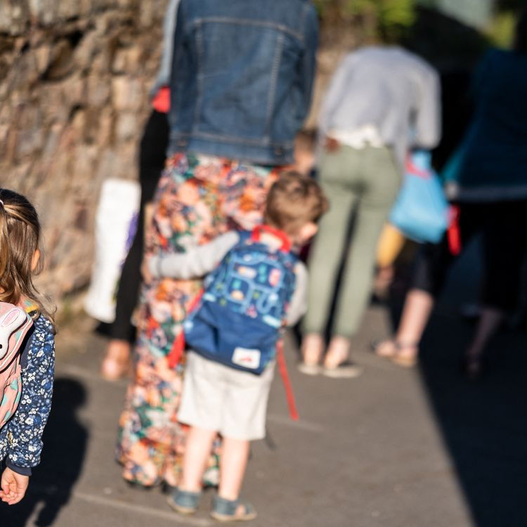 Elèves et parents attendent d'entrer dans une école maternelle pour le premier jour de la rentrée, le 2 septembre 2021 à Lavau-sur-Loire(Loire-Atlantique). (LOIC VENANCE / AFP)