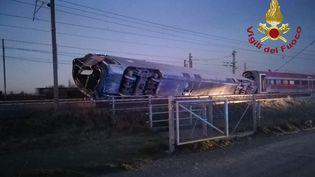 Un train à grande vitesse a déraillé près de Lodi, àune cinquantaine de kilomètres au sud de Milan, en Italie, le 6 février 2020. (VIGILI DEL FUOCO / AFP)