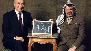 L'Israélien Shimon Peres et le Palestinien Yasser Arafat sont pris en photo à Stockholm, où ils viennent recevoir le prix Nobel de la paix, le 12 décembre 1994. (CLAES L?FGREN)