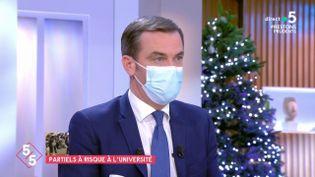 """Le ministre de la Santé, Olivier Véran, sur le plateau de """"C à vous"""", sur France 5, le 17 décembre 2020. (FRANCE 5)"""
