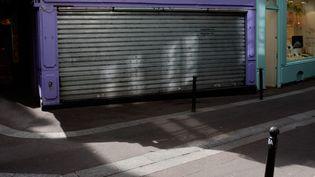 Une boutique définitivement fermée à cause de la crise sanitaire du Covid-19 à Paris. Photo d'illustration. (JULIEN MATTIA / LE PICTORIUM / MAXPPP)