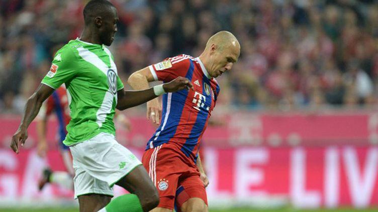 Arjen Robben (Bayern Munich) face à la défense de Wolfsburg (CHRISTOF STACHE / AFP)