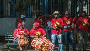 Des militants syndicaux sud-africains opposés au montant du salaire mimimum qu'ils jugent trop bas, lors d'une manifestation en avril 2018 à Johannesburg. (MUJAHID SAFODIEN / AFP)