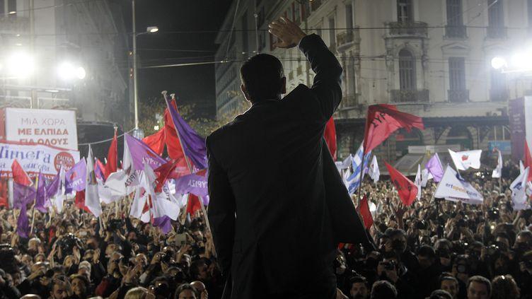 Le leader du parti de gauche radicale Syriza, Alexis Tsipras, salue ses supporters lors d'un meeting à Athènes (Grèce), le 22 janvier 2015. (ORESTIS PANAGIOTOU / AFP)