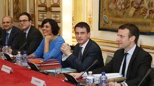 Manuel Valls,Myriam El Khomri et Emmanuel Macron présentent la nouvelle mouture de la loi Travail, lundi 14 mars, à Matignon. (PATRICK KOVARIK / AFP)