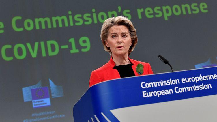 """L'Allemande Ursula von der Leyen, présidente de la Commission européenne, lors d'une conférence de presse sur le projet de """"certificat vert numérique"""", le 17 mars 2021 à Bruxelles. (JOHN THYS / AFP)"""