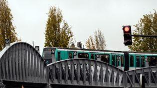 Une rame de métro sur la ligne 2 à Paris, le 26 novembre 2019. (LIONEL BONAVENTURE / AFP)