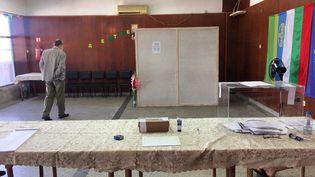 Un homme vote pour les élections législatives bulgares, dimanche 11 juillet 2021 dans le village de Stara Reka. (DENISLAV STOYCHEV / NURPHOTO / AFP)