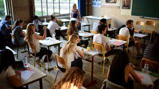 Des lycéens planchent sur l'épreuve de philosophie du bac, le 15 juin 2017, à Paris. (MARTIN BUREAU / AFP)