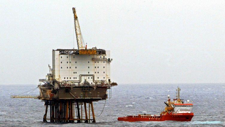 Une installation du champ pétrolier Ekofisk, l'un des deux champs menacés par la barge à la dérive en mer du Nord le 31 décembre 2015. (ROLAND WEIHRAUCH / DPA / AFP)