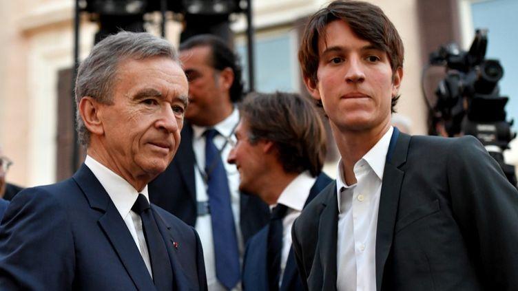 Bernard Arnault, le PDG du groupe LVMH, et son fils Alexandre, le 7 juillet 2016, à Rome. (TIZIANA FABI / AFP)
