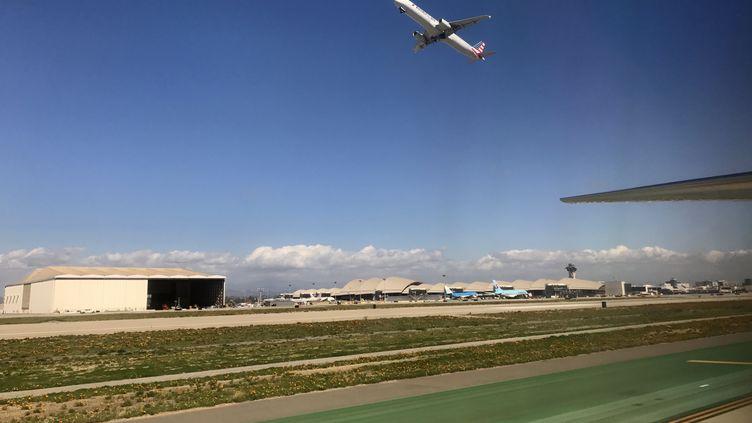 Un avion décolle de l'aéroport de Los Angeles, le 22 février 2017. (DANIEL SLIM / AFP)