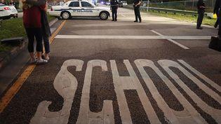 Parkland (Floride), le 15 février, au lendemain de la tuerie qui a fait 17 morts dans un lycée. (MARK WILSON / GETTY IMAGES)