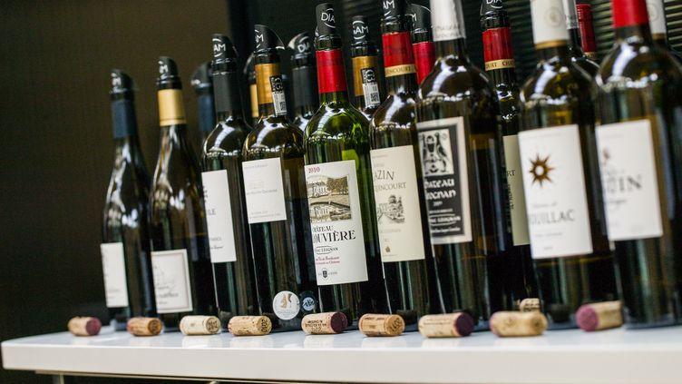 Des bouteilles de vin, le 1er juin 2015, à Paris. (CITIZENSIDE / AURELIEN MORISSARD / AFP)