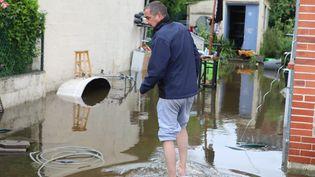 Un habitant constate les dégâts causés par les intempéries à Beauvais (Oise), le 23 juin 2021. (MAXPPP)