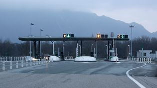 Une barrière de péage vide sur le réseau autoroutier en région Rhône-Alpes. (VINCENT ISORE / MAXPPP)