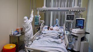 Un patient atteint du Covid-19 à l'hôpital Mariinsky de Saint Petersbourg (russie). Photo d'illustration. (OLGA MALTSEVA / AFP)