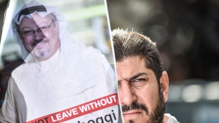 Un manifestant brandit une photo deJamal Khashoggi le 5 octobre 2018 à Istanbul. (OZAN KOSE / AFP)