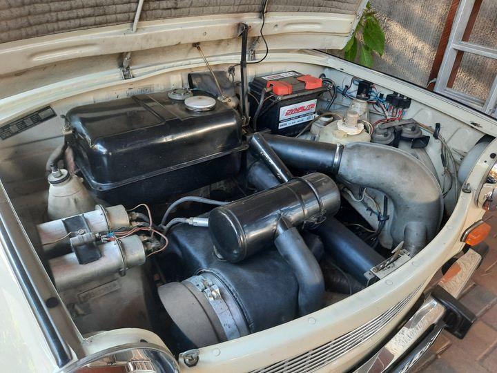 Sous le capot d'une Trabant P601. (LUDOVIC PIEDTENU / RADIO FRANCE)