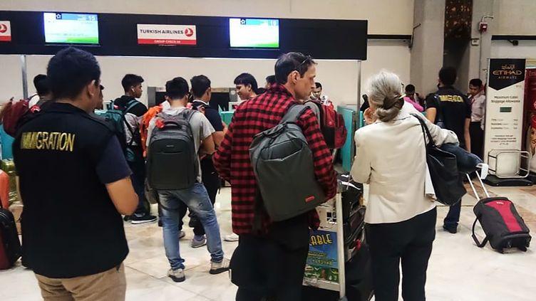 Michael Blanc et sa mère Hélène Le Touzey, à l'aéroport de Jakarta, en Indonésie, avant son retour en France, le 21 juillet 2018. (HANDOUT / IMMIGRATION AGENCY INDONESIA)