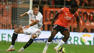 Le Lorientais Terem Moffi au duel avec le défenseur lilloiseSven Botman lors de la 5e journée de Ligue 1, le 10 septembre 2021. (FRED TANNEAU / AFP)