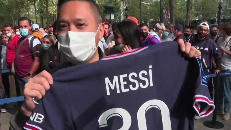 L'arrivée de Lionel Messi au PSG suscite un immense engouement dans la capitale. Les boutiques du club parisien sont prises d'assaut par des centaines de supporters. (CAPTURE ECRAN FRANCE 2)