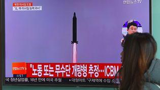 Une télévision diffuse le tir nord-coréen d'un missile, dimanche 12 février 2017 à Séoul (Corée du Sud). (JUNG YEON-JE / AFP)