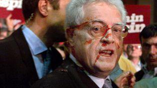 Le Premier ministre Lionel Jospin, candidat à l'élection présidentielle, aspergéde ketchup, le 17 avril 2002, lors de son arrivée au Parc des expositions de Rennes (Ille-et-Vilaine). (VALERY HACHE / AFP)