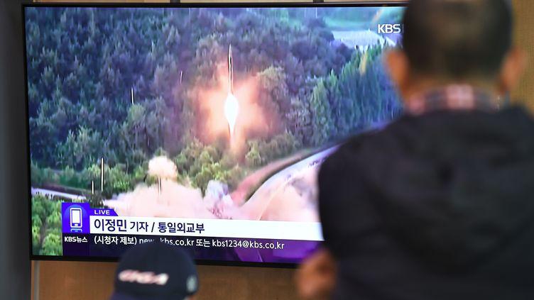 Un homme regarde des images d'un lancement de missile nord-coréen, sur une télévision dans une gare de Séoul (Corée du Sud), le 31 octobre 2019. (JUNG YEON-JE / AFP)
