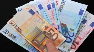Plusieurs billets de banque en euros. (PHILIPPE HUGUEN / AFP)