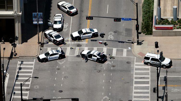 La police scientifique recueille des indices sur les lieux de la fusillade ayant causé la mort de cinq policiers, le 8 juillet, à Dallas (Texas). (BRANDON WADE / REUTERS)