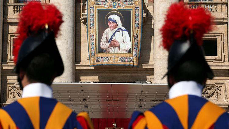 Le portrait de Mère Teresa exposé sur la place Saint-Pierre au Vatican, pour la messe de sa canonisation, le 4 septembre 2016. (STEFANO RELLANDINI / REUTERS)