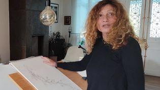 Patricia alias Taratatou devant sa table à dessin. (ARIANE SCHWAB / RADIO FRANCE)