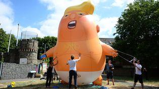 """Parmi les signes de protestation contre le président des Etats-Unis, un ballon géant, baptisé """"Trump Baby"""", survolera Londres pendant son séjour en Grande-Bretagne, le 13 juillet 2018. (KIRSTY O'CONNOR / MAXPPP)"""