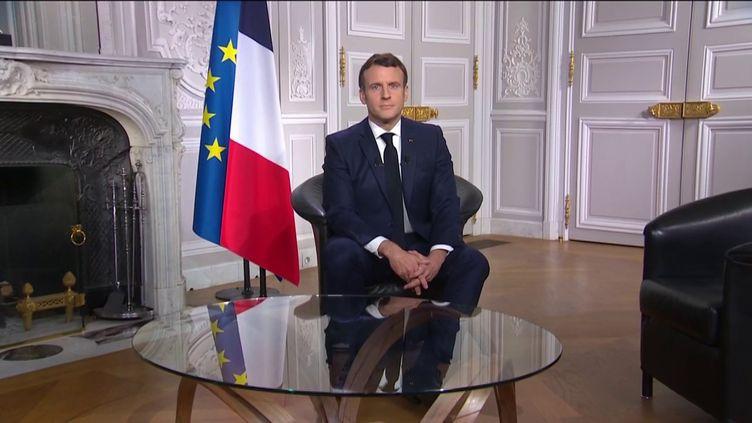 Emmanuel Macron lors de ses vœux aux Français, le 31 décembre 2020, à l'Elysée. (FRANCEINFO)