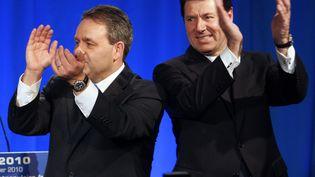Xavier Bertrand et Christian Estrosi lors de la présentation des vœux de l'UMP à Nice (Alpes-Maritimes), le 17 janvier 2010. (VALERY HACHE / AFP)